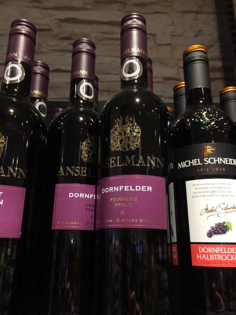 DornfelderドルンフェルダーのRotWein 赤ワイン、スーパーの棚を撮影