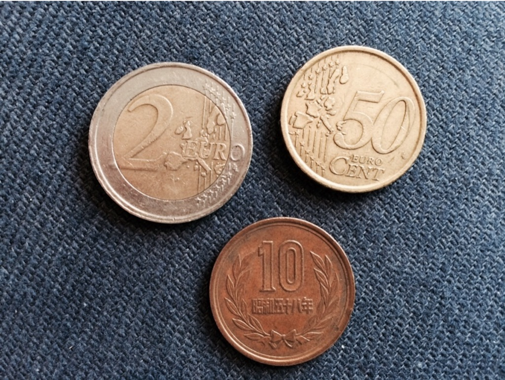 2ユーロ、50セント、10円玉の大きさ。2ユーロは少し大きい