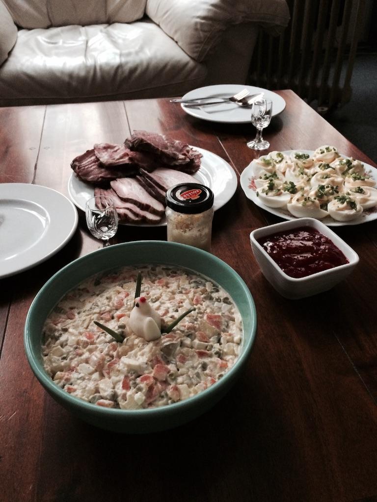 ポーランドのイースターの食事。ソーセージやハム、豚のロースト、Chrzan(シャン)と呼ばれる西洋のワサビなどをパンと一緒に食べる