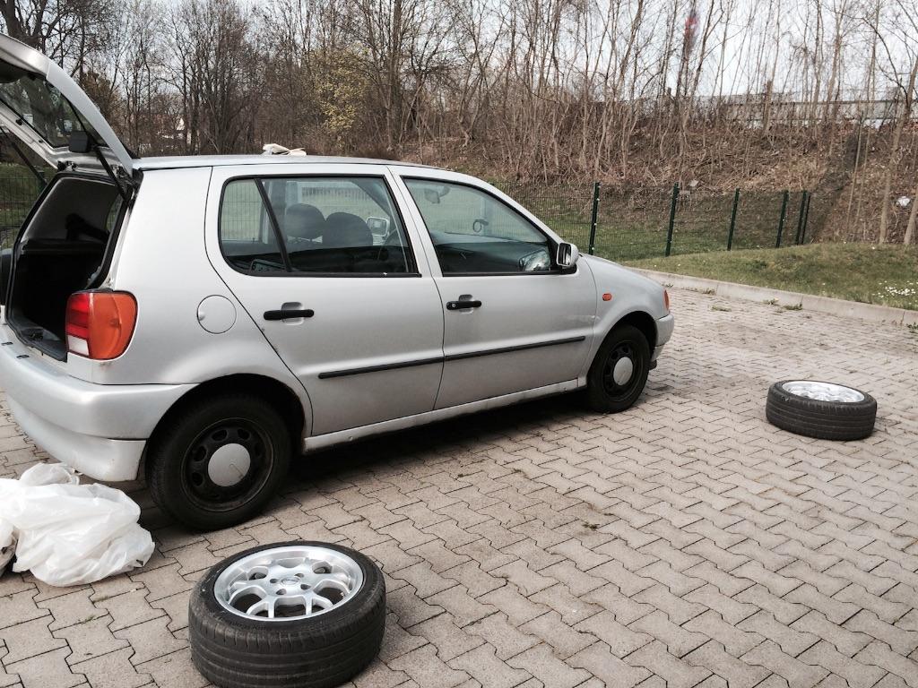 車のタイヤ交換準備、ドイツの大型スーパーの裏手にて