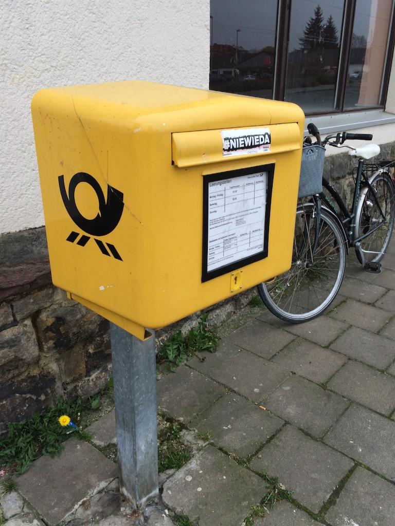 ドイツの普通のポスト、黄色