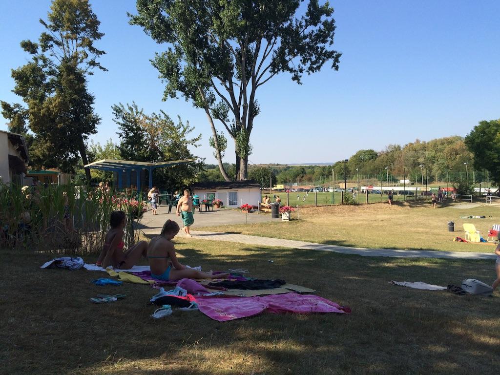 ドイツの野外スイミングプール、隣にはサッカーの練習場