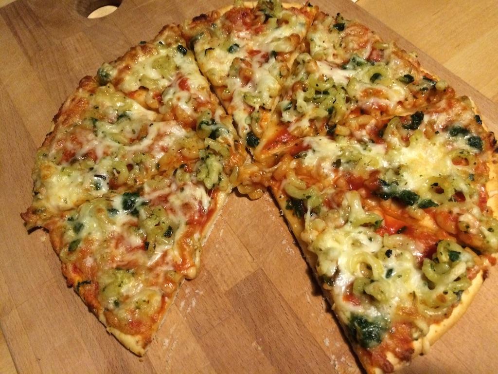 Dr.Oetekerの冷凍ピザ、ピザパスタ、ピザの上にマカロニの乗ったピザを焼いた!