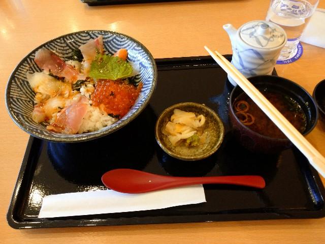 勝手丼(金目鯛、白鯛、真鯛、サーモン、かんぱち、いくら) 約2,500円
