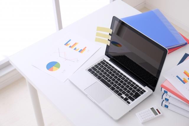 パソコンが置かれた机の画像
