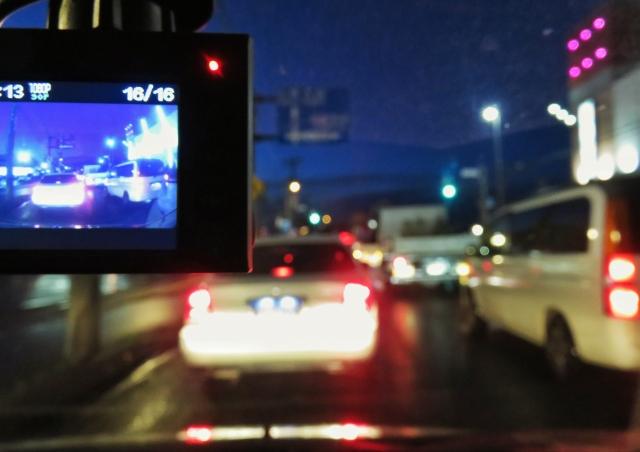 車内のドライブレコーダーと前を走る車の画像