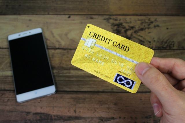 クレジットカードとスマホの画像