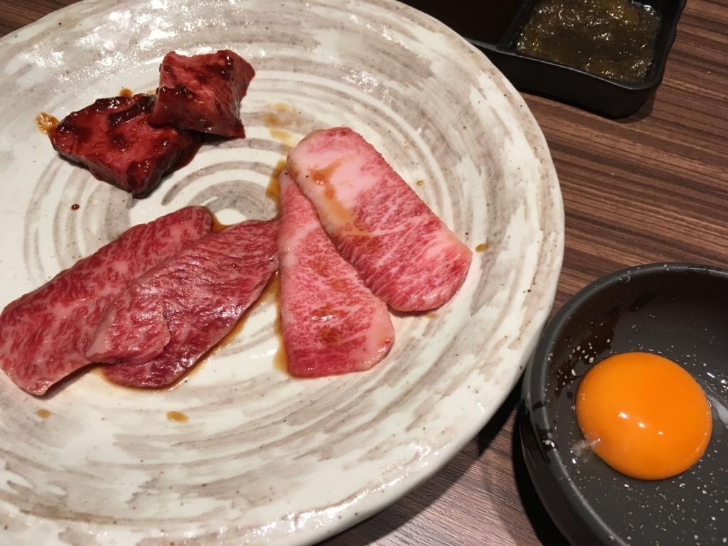 西新宿「新宿焼肉BULLS(ブルズ)」の赤身の味噌玉、カルビ