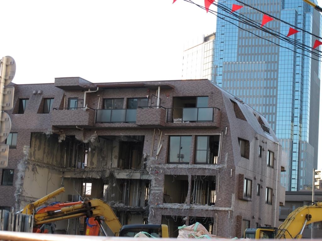 西新宿五丁目中央北地区再開発、けやき橋商店街付近で解体されるマンション
