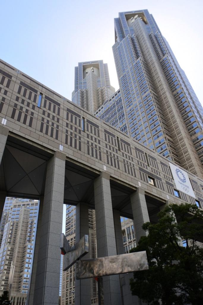 大江戸線都庁前駅直結で、アクセスも良い!東京都庁を下から見上げたところ
