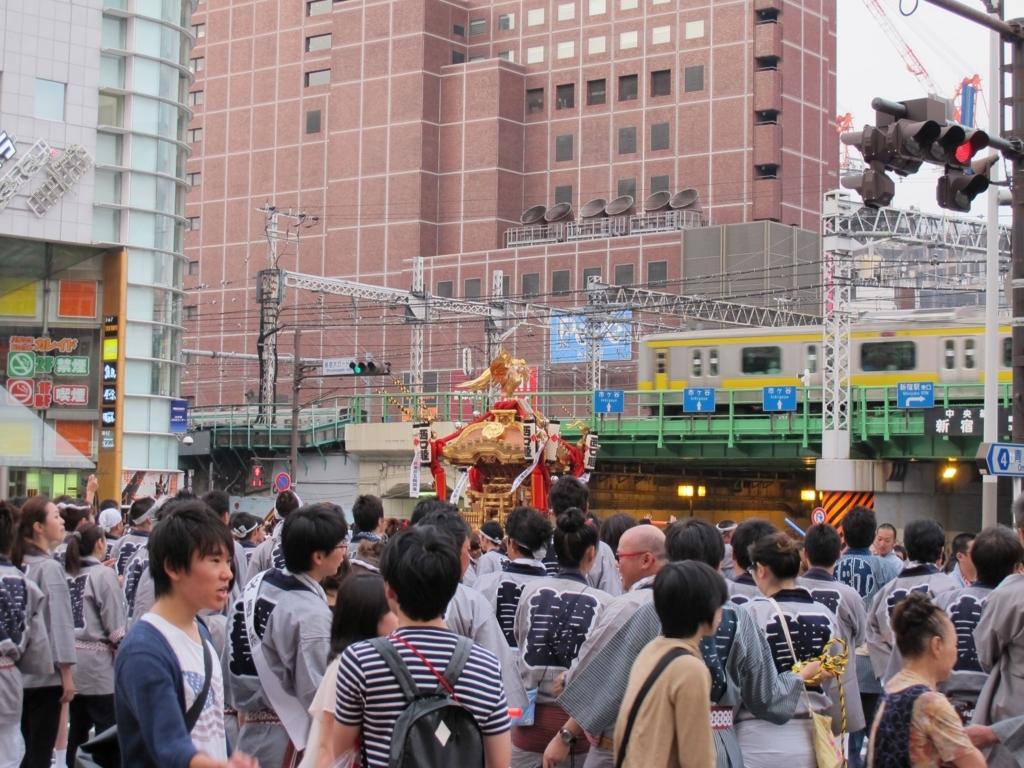 十二社熊野神社例大祭で、新宿駅西口ガード下を通る御神輿