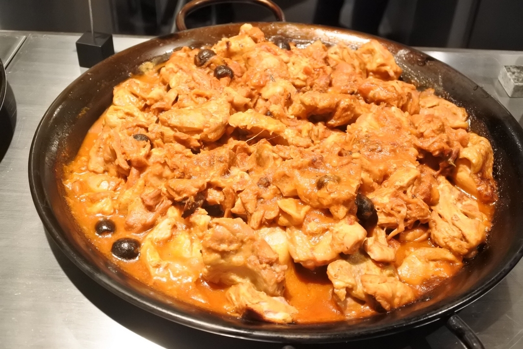 西新宿のホテル「THE KNOT TOKYO」、MORETHAN DINING(モアザンダイニング)、ランチブッフェのチキンの煮込み