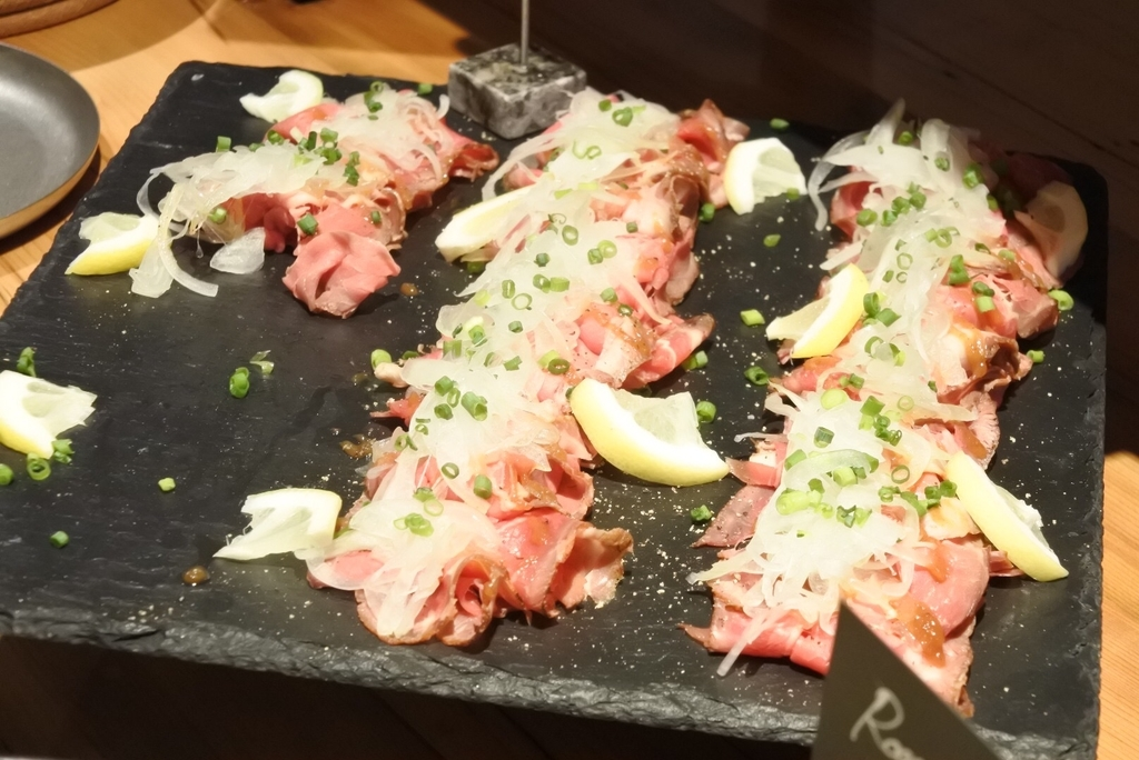 西新宿のホテル「THE KNOT TOKYO」、MORETHAN DINING(モアザンダイニング)、ランチブッフェのローストビーフ