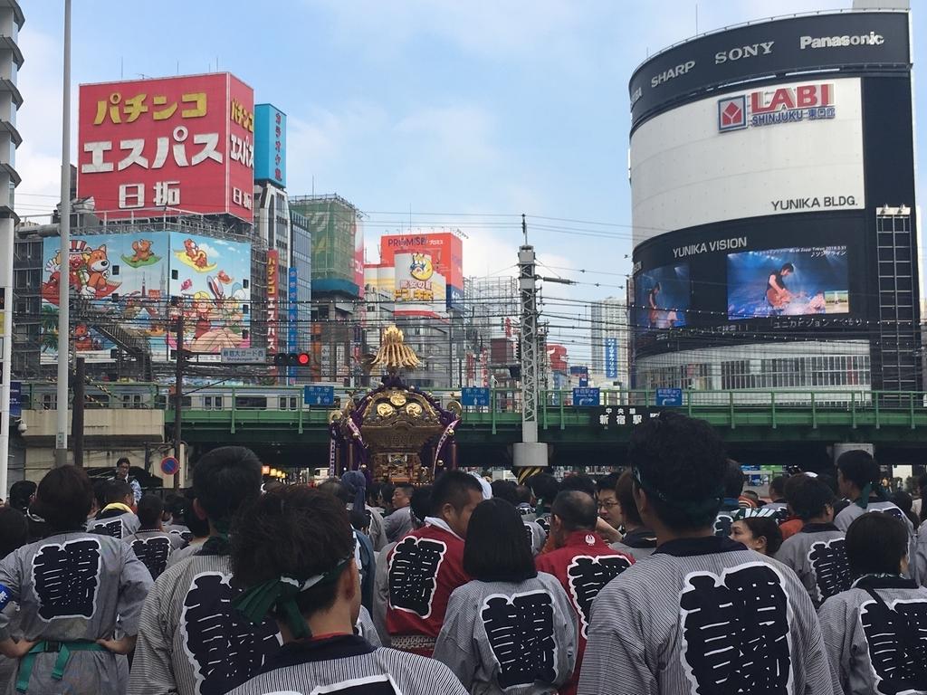 熊野神社例大祭(新宿)2018、御神輿が大ガードへ向かうところ
