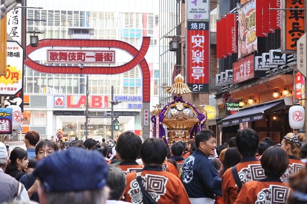 熊野神社例大祭(新宿)2018、御神輿と歌舞伎町一番街