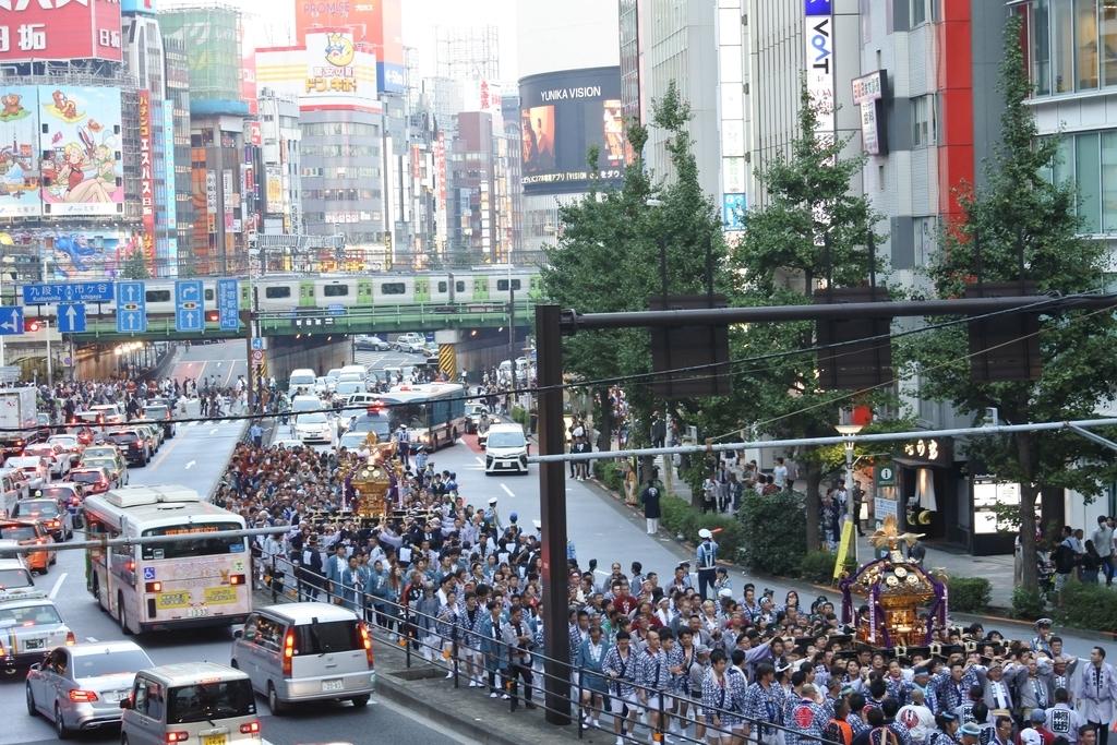 熊野神社例大祭(新宿)2018、O-GUARD SHINJUKU前を御神輿が通過しているところ
