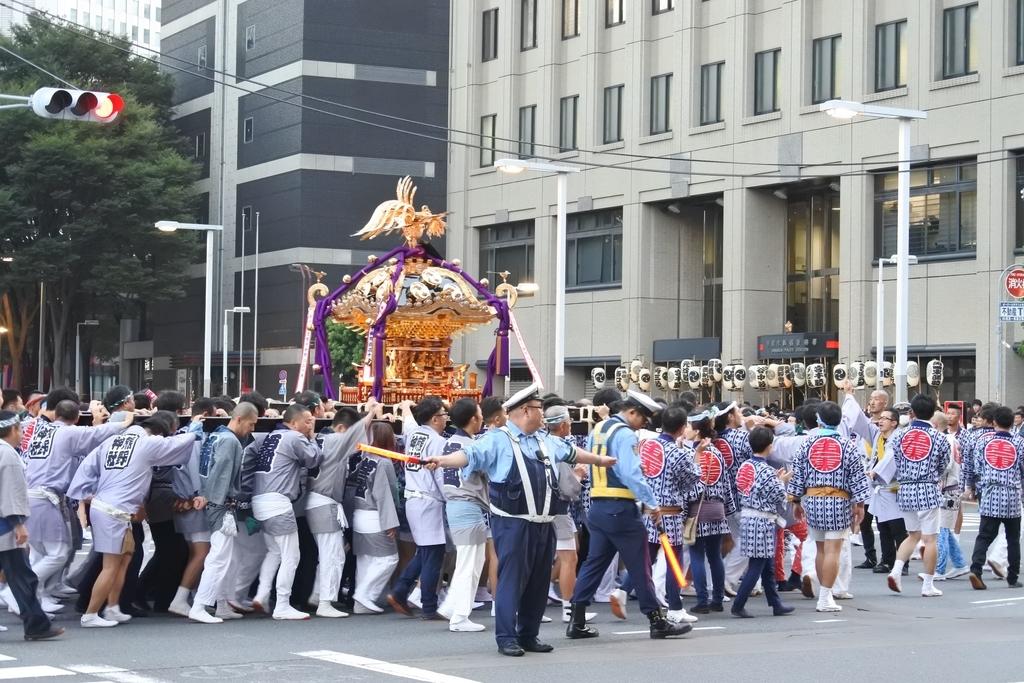 熊野神社例大祭(新宿)2018、新宿区警察著へ向かう御神輿