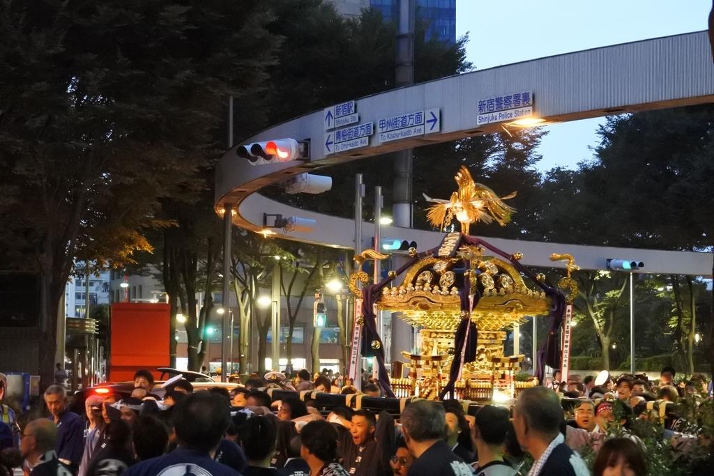 熊野神社例大祭2018年9月16日、アイランド新宿LOVEオブジェ前、新宿警察署裏交差点