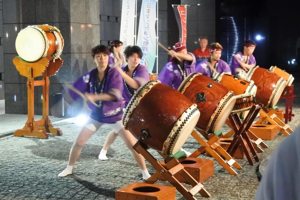 熊野神社例大祭(新宿)2018、コンシェリア西新宿タワーズウエスト前で太鼓の演奏