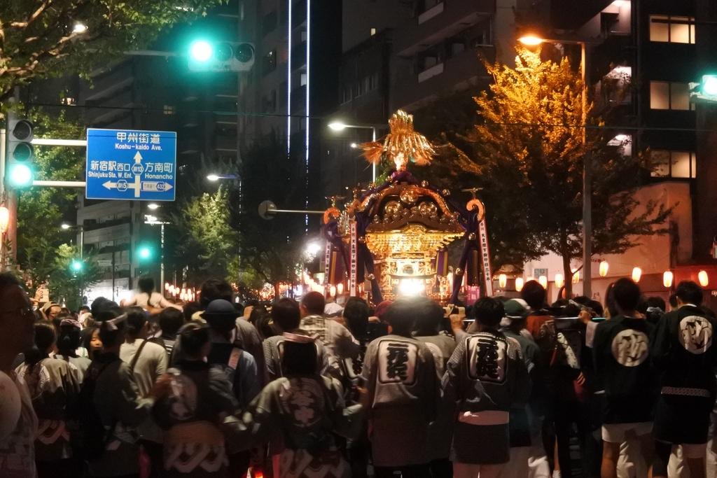 熊野神社例大祭(新宿)2018、十二社通り、熊野神社方面へ御神輿が向かっているところ