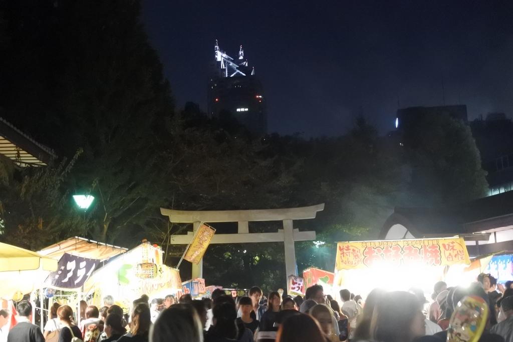 熊野神社例大祭(新宿)2018、熊野神社境内の鳥居から眺めるパークハイアット東京