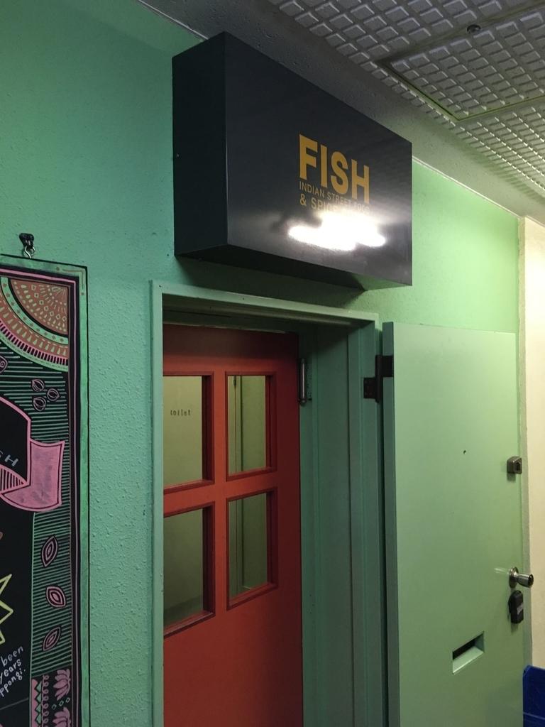 西新宿のカレー屋「フィッシュ(FISH)」の入口