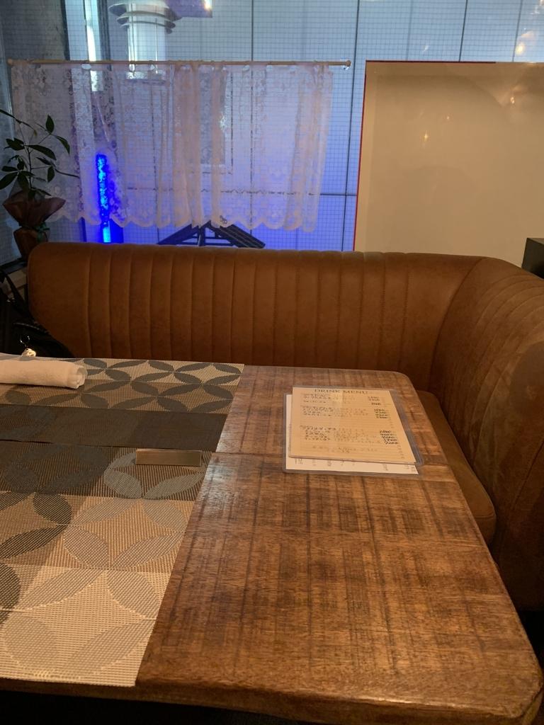 西新宿のフレンチ「プロヴァンサル」の奥にある半個室のテーブル席