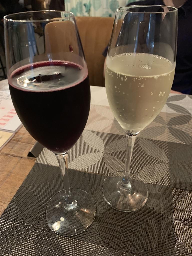 スパークリングワインで、左がランブルスコ・セッコ、右がブーケ・ドール