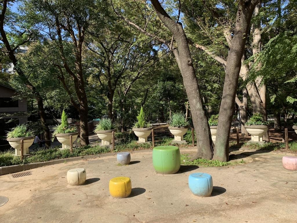 新宿中央公園内の椅子