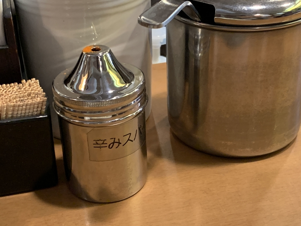 印度カリー「きんもちカレー」(西新宿・初台・都庁前)、卓上の辛味スパイスと福神漬け