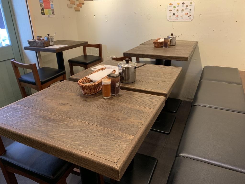 スパイシーカレーハウス半月(西新宿)の店内(テーブル席)