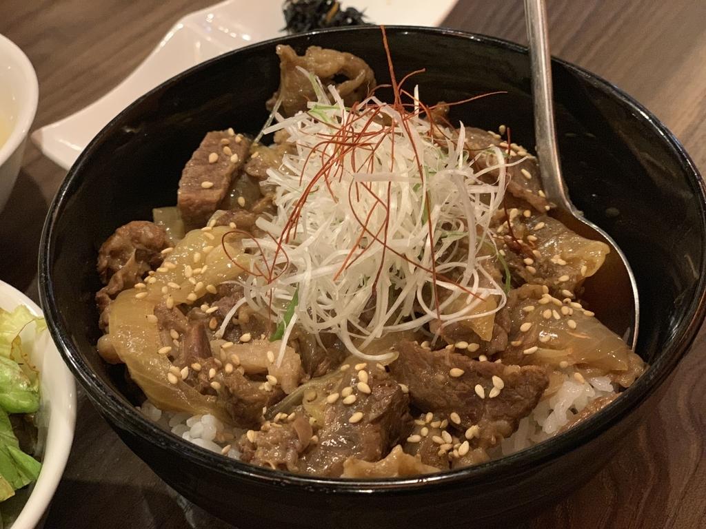 黒毛和牛焼肉 白か黒の牛スジ丼(西新宿 ランチ)