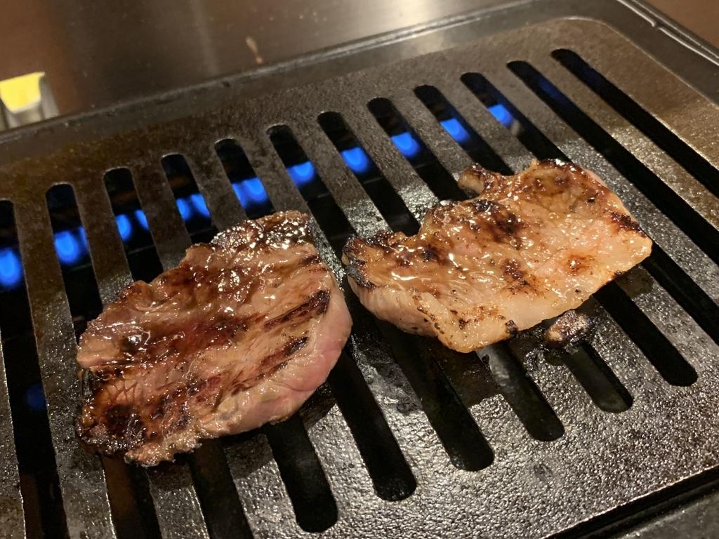 黒毛和牛焼肉 白か黒で肉を焼いているところ(西新宿 ランチ)