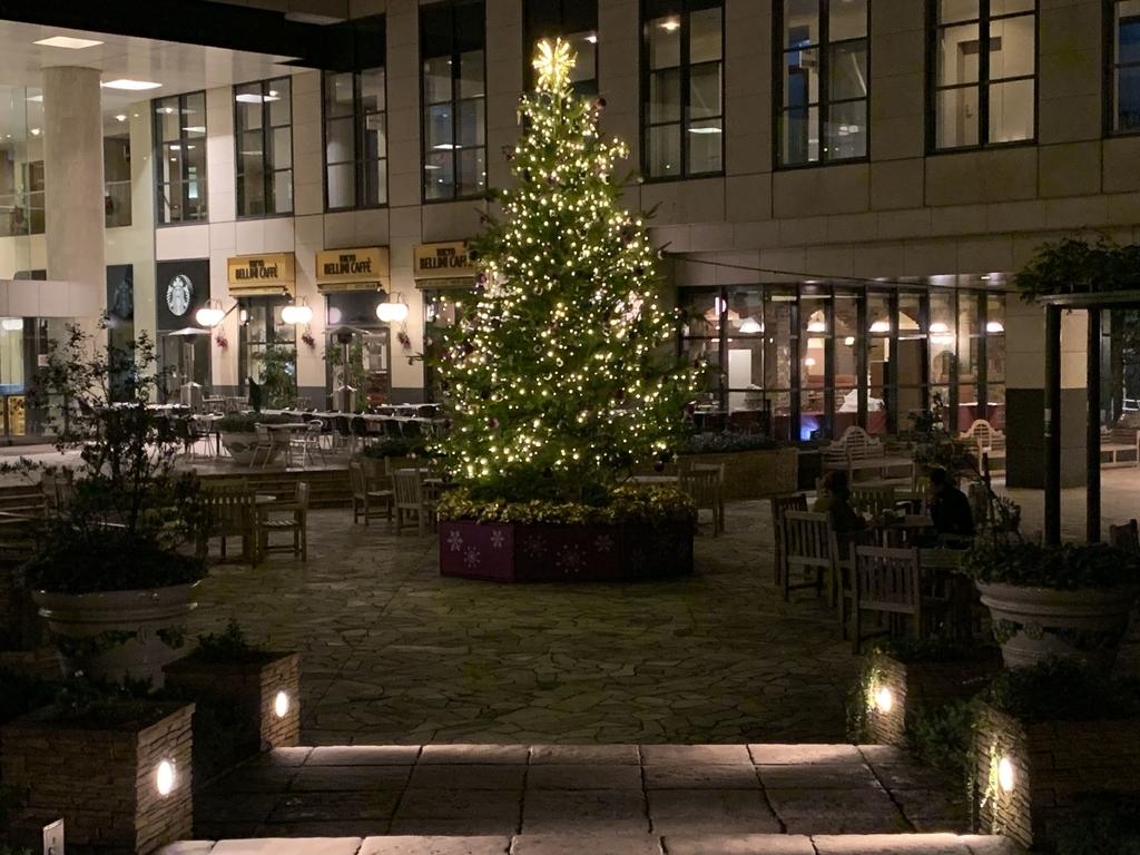 西新宿三井ビルディング、ベリーニカフェ&店の前のクリスマスツリー