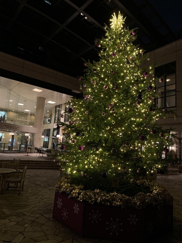 西新宿三井ビルディングの広場のクリスマスツリー