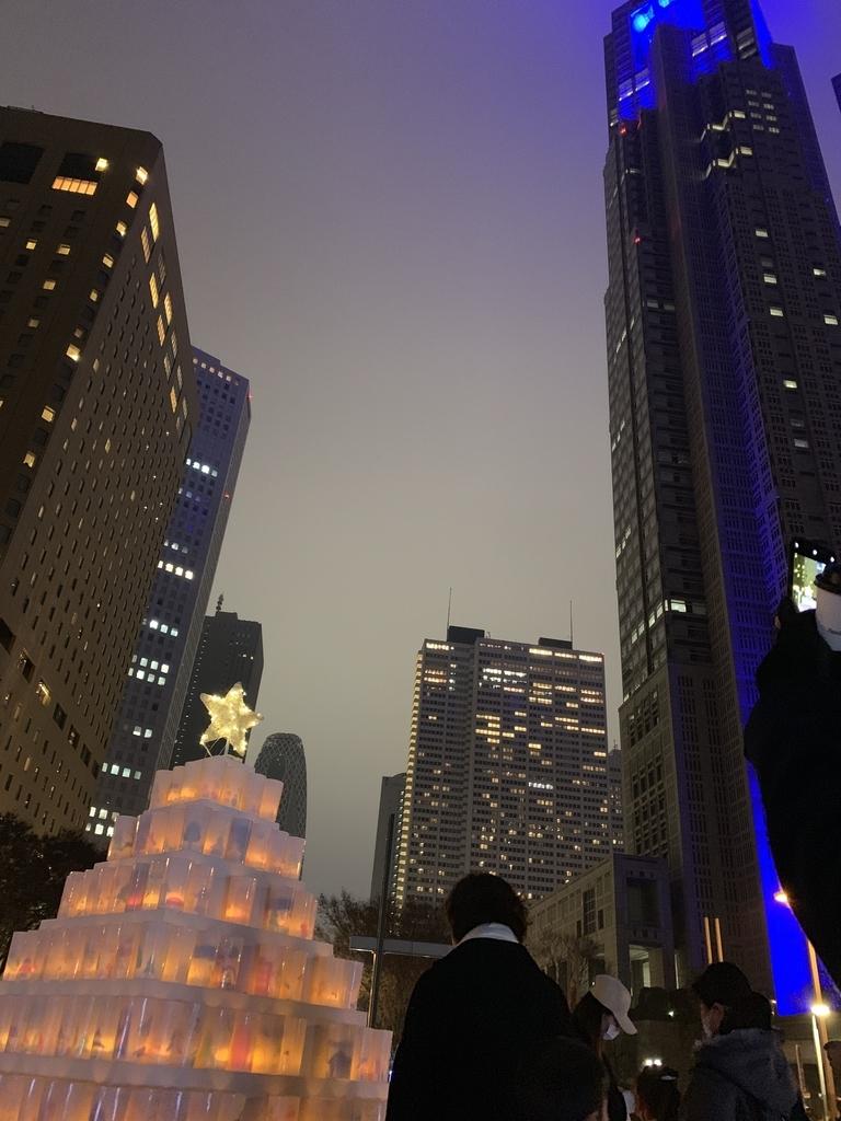 新宿中央公園「キャンドルナイト」のキャンドルと西新宿の高層ビル群