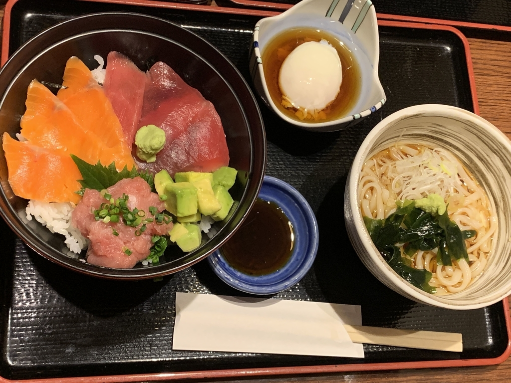 入母屋 新宿エルタワー店(西新宿)のランチメニュー(海鮮とアボカドの4色丼・1,300円)