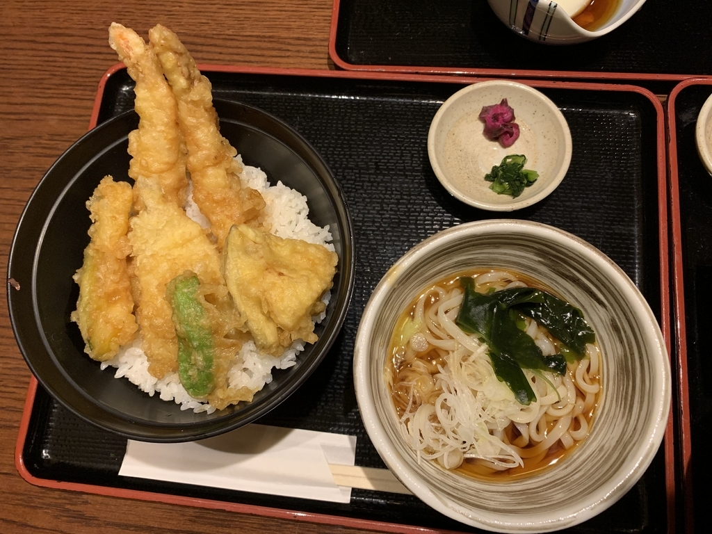入母屋 新宿エルタワー店(西新宿)のランチメニュー(海老野菜天丼・1,250円)