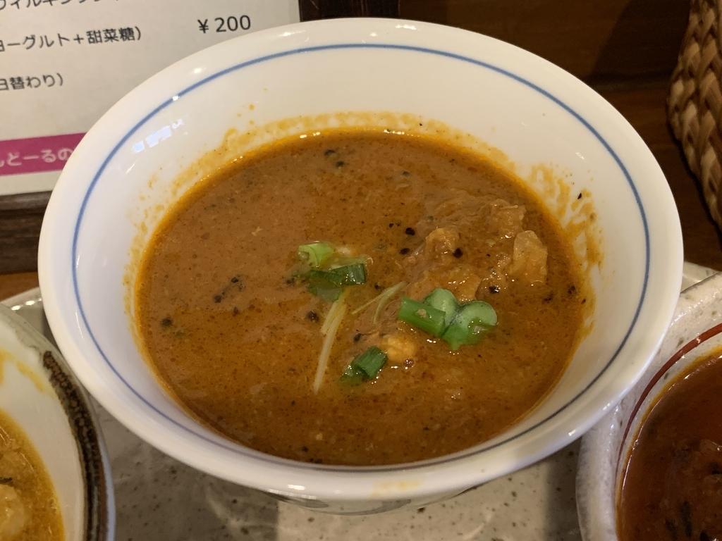 「初台スパイス食堂 和魂印才たんどーる 」(西新宿四丁目)のランチ、カレー3種盛セットの鶏肉山椒ココナッツカレー