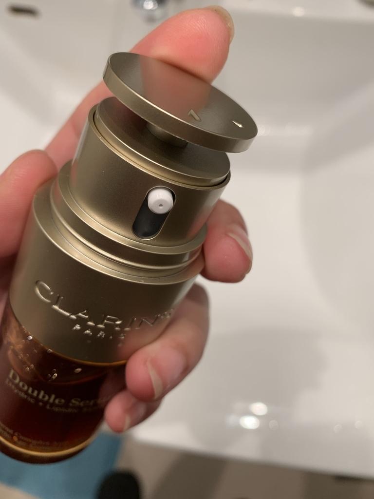 「クラランス ダブルセーラムEX」の使い方(ボトルを手に持ったところ)