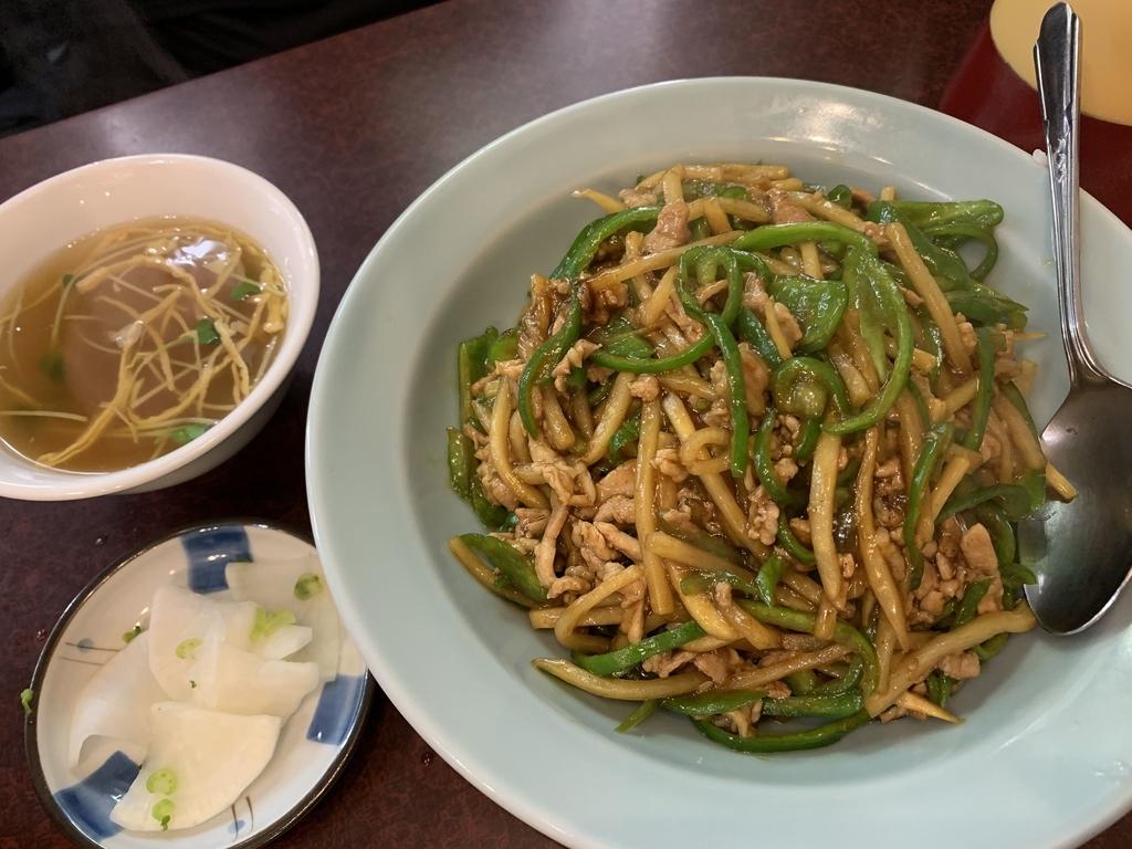 西新宿六丁目「登喜和」の肉ピーマン丼とスープと漬物