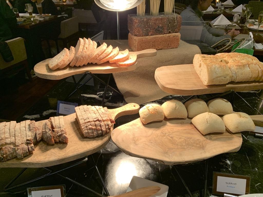 西新宿 ヒルトン東京 マーブルラウンジ「ストロベリー CATSコレクション」、ビュッフェ内のパンコーナー