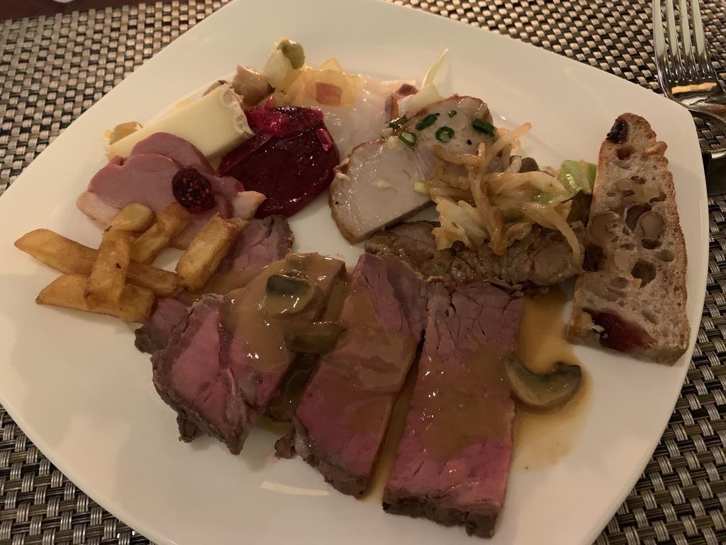 西新宿 ヒルトン東京 マーブルラウンジ「ストロベリー CATSコレクション」のビュッフェでとってきた料理を自分の皿に盛ったところ