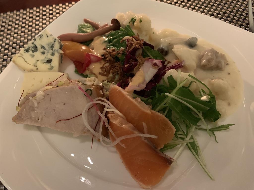 西新宿 ヒルトン東京 マーブルラウンジ「ストロベリー CATSコレクション」、ビュッフェの料理を自分のお皿に盛ったところ