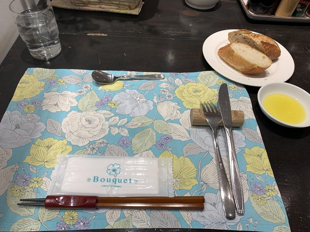 新宿の「レストラン墨繪(墨絵・すみのえ)」のテーブルセッティング&パン