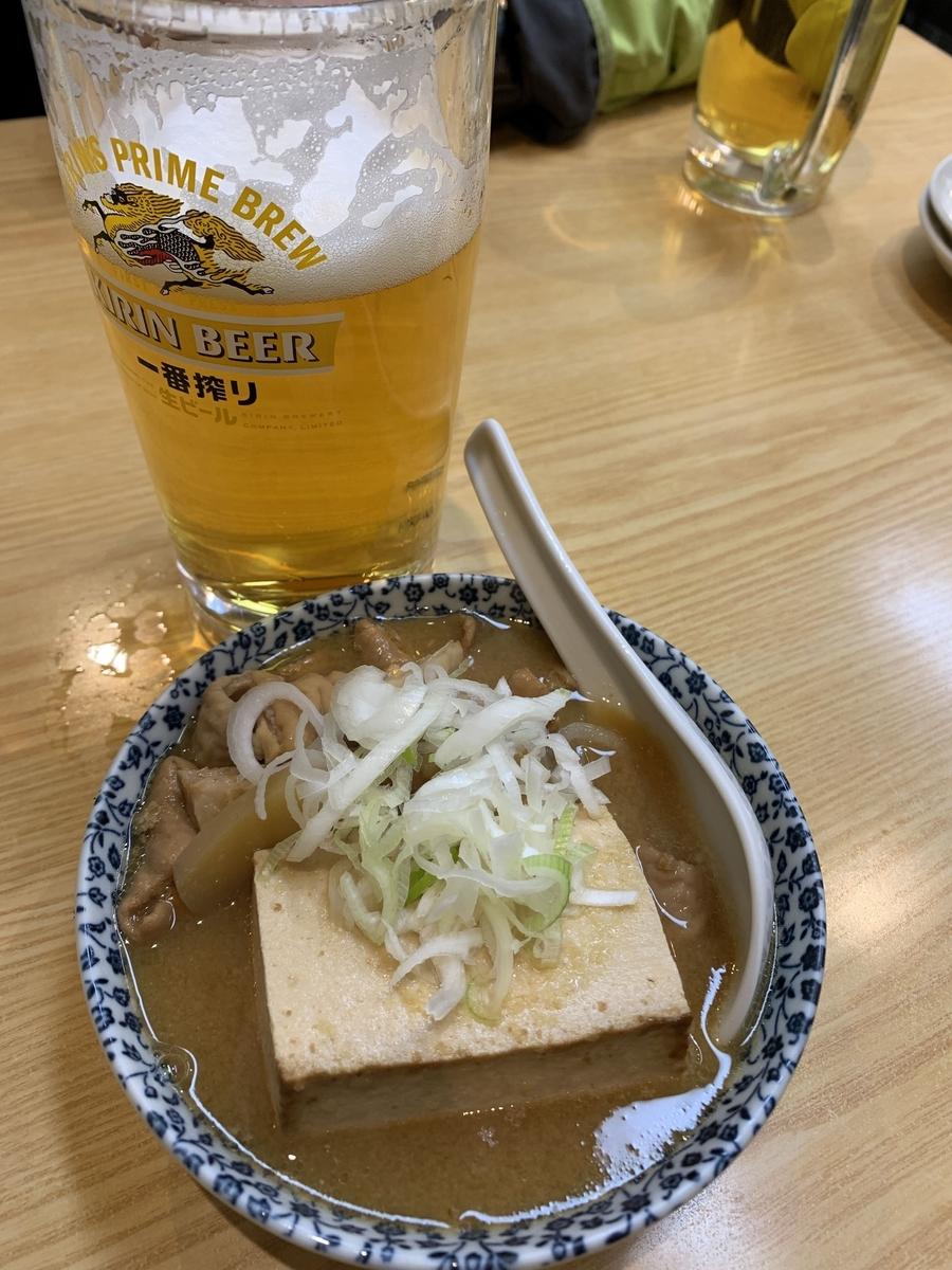 西新宿「やきとり もつやき こみね」の生ビールと煮込み豆腐