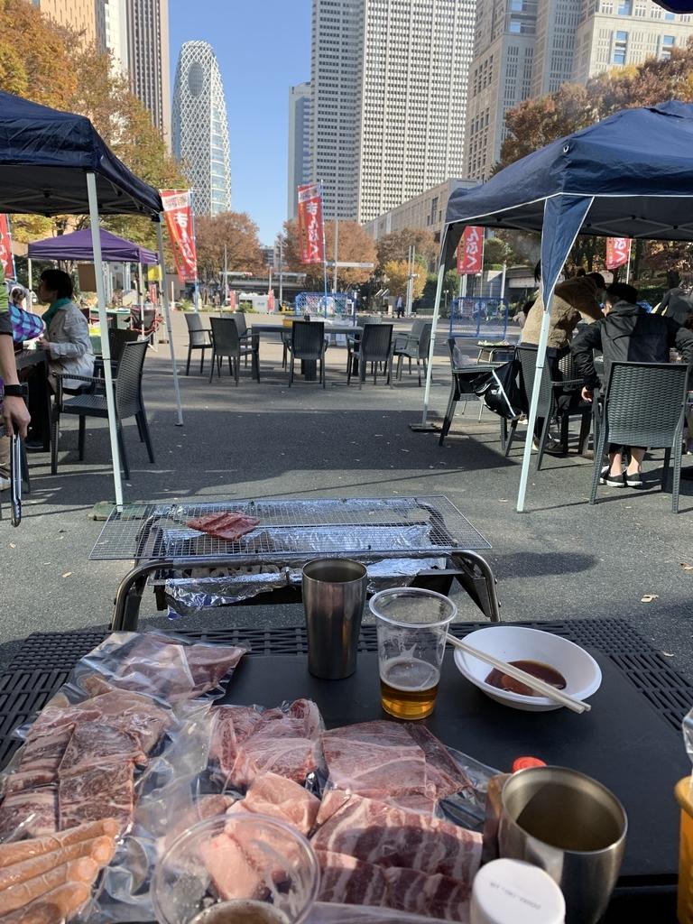 新宿中央公園でバーベキュー!「秋のソトメシフェア 手ぶらでBBQ」、バーベキュー会場から眺める西新宿の高層ビル群