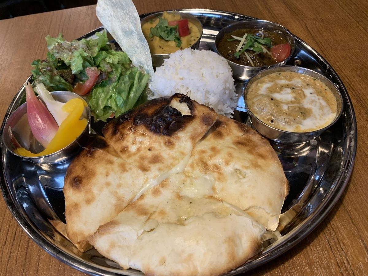 西新宿「スパイスバザール アチャカナ」(カレー3種+チーズクルチャ+ミニライス)