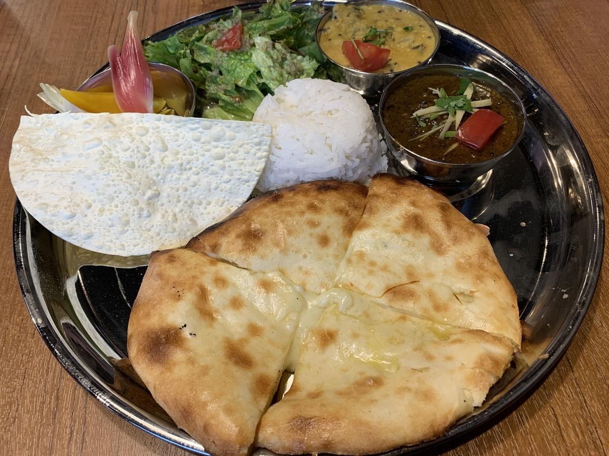 西新宿「スパイスバザール アチャカナ」(カレー2種+チーズクルチャ+ミニライス)