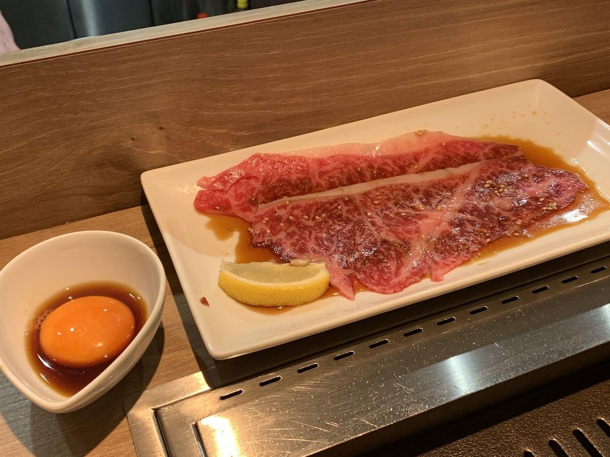 西新宿「ノーミートノーライフ5号店(NO MEAT, NO LIFE. 5go.)」アニバーサリーコース、しゃぶロース&生卵